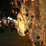 Đèn_trang_trí_Giáng_Sinh_trên_vỉa_hè,_Thành_phố_Hồ_Chí_Minh_2013